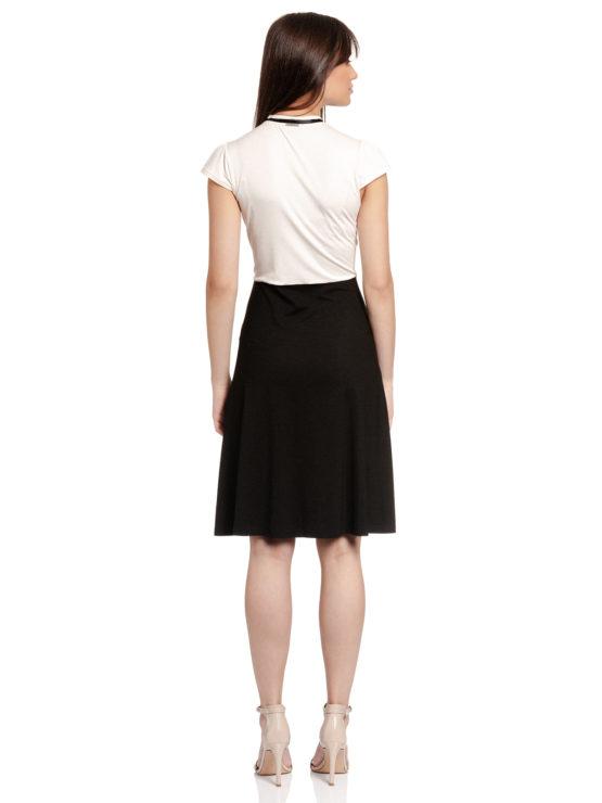 Junge Frau trägt schwarz-weißes Kleid von VIVE MARIA (PARIS AFTERNOON) mit einer Schleife aus Samt am Kragen./ Rückenansicht / pussyGALORE / Leipzig