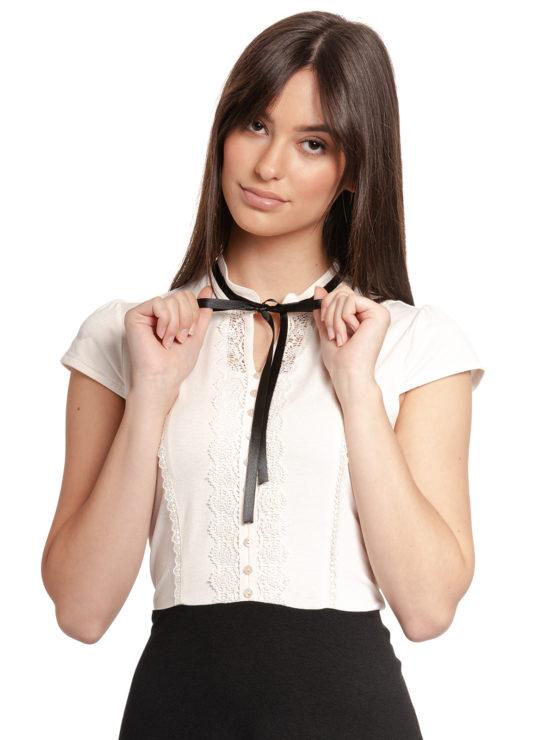 Junge Frau trägt schwarz-weißes Kleid von VIVE MARIA (PARIS AFTERNOON) mit einer Schleife aus Samt am Kragen./ Detailansicht 1 / pussyGALORE / Leipzig
