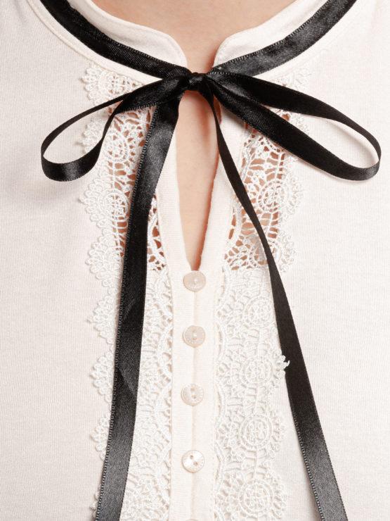 Junge Frau trägt schwarz-weißes Kleid von VIVE MARIA (PARIS AFTERNOON) mit einer Schleife aus Samt am Kragen./ Detailansicht 2 / pussyGALORE / Leipzig