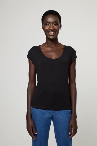 Junge Frau trägt ausgeschnittenes Rundhals-Shirt von SURKANA (BLAM) aus Viskose mit kurzen angesetzten Ärmeln. / Schwarz / Vorderansicht / pussyGALORE / Leipzig