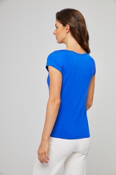Junge Frau trägt ausgeschnittenes Rundhals-Shirt von SURKANA (BLAM) aus Viskose mit kurzen angesetzten Ärmeln. / Blau / Rückenansicht / pussyGALORE / Leipzig