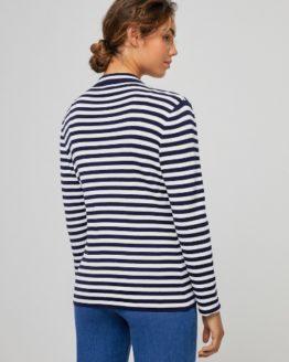 Junge Frau trägt blau-weiß gestreifte Jacke von SURKANA (DORA) aus Viskose mit aufgesetzter Tasche und Verschlussknopf. / Rückenansicht / pussyGALORE / Leipzig