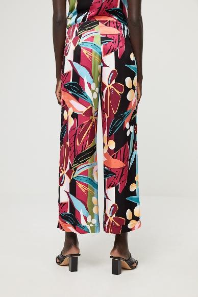 Junge Frau trägt Palazzohose von SURKANA (DABI) aus Viskosemischung mit Reissverschluss vorn, seitlichen Eingriffstaschen und weitem Bein. / Rückenansicht / pussyGALORE / Leipzig
