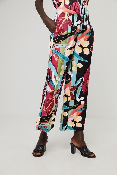 Junge Frau trägt Palazzohose von SURKANA (DABI) aus Viskosemischung mit Reissverschluss vorn, seitlichen Eingriffstaschen und weitem Bein. / Detailansicht / pussyGALORE / Leipzig