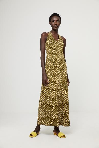 Junge Frau trägt langes Kleid von aus Viskose in Art Deco Muster von SURKANA (HOVI) mit Neckholder-Ausschnitt und verkreuztem Trägerdetail am Rücken. / Vorderansicht / pussyGALORE / Leipzig