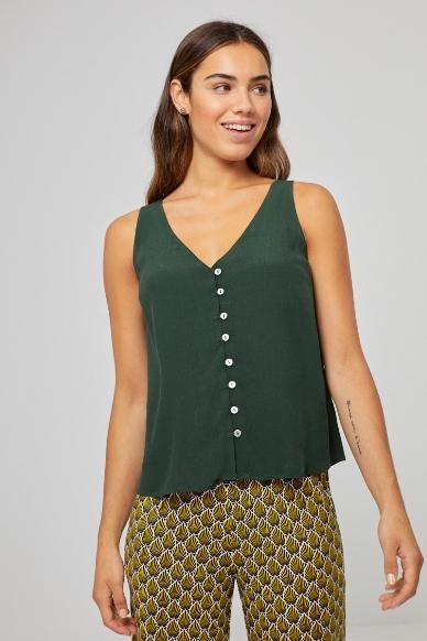 Junge Frau trägt ärmellose Bluse aus Viskose von SURKANA (LIVI) mit Knopfleiste und V-Ausschnitt. / Kaki / Vorderansicht / pussyGALORE / Leipzig