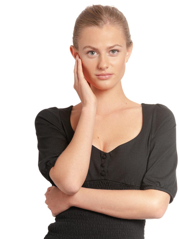 Junge Frau trägt schwarzes Top aus Modal von VIVE MARIA (FIESTA) mit halblangen Puffärmeln, kleiner Knopfleiste und gesmoktem dehnbarem Stoff. / Detailansicht 1 / pussyGALORE / Leipzig