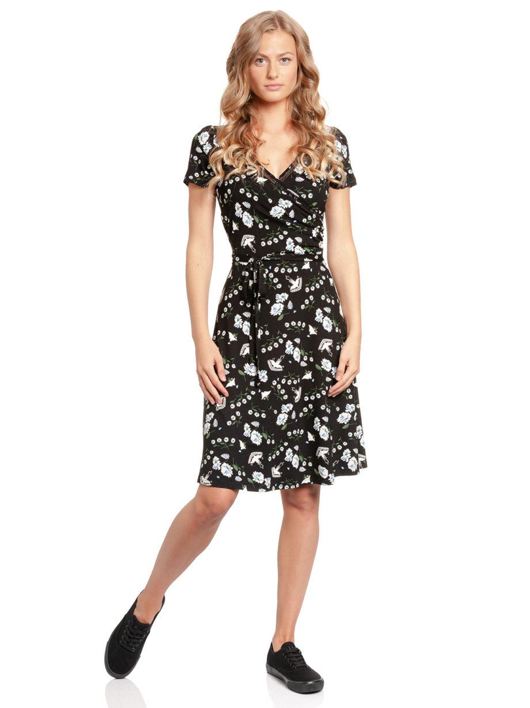 Junge Frau trägt schwarzes Kleid aus Viskose mit floralem Muster in Wickeloptik und A-Linie mit Bindegürtel von VIVE MARIA (PARADISE). / Vorderansicht / pussyGALORE / Leipzig