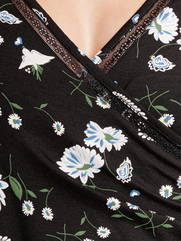 Junge Frau trägt schwarzes Kleid aus Viskose mit floralem Muster in Wickeloptik und A-Linie mit Bindegürtel von VIVE MARIA (PARADISE). / Detailansicht 2 / pussyGALORE / Leipzig