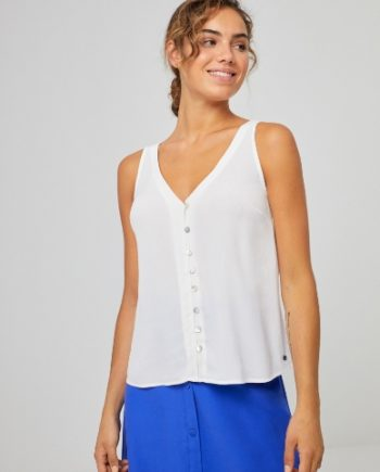 Junge Frau trägt ärmellose Bluse aus Viskose von SURKANA (LIVI) mit Knopfleiste und V-Ausschnitt. / Kaki, Weiß / pussyGALORE / Leipzig