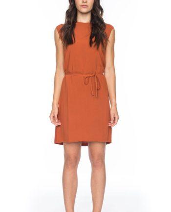 Frau trägt kurzes orangenes Kleid von ATO BERLIN (GORETTI) aus recycelter Viskose vorn und Lyocell mit Elastananteil hinten. Mit Kordel in der Taille, Rundhals-Ausschnitt, angeschnittenen Ärmeln und Keyhole-Verschluss. GOTS zertifiziert, hergestellt in Portugal. / pussyGALORE / Leipzig