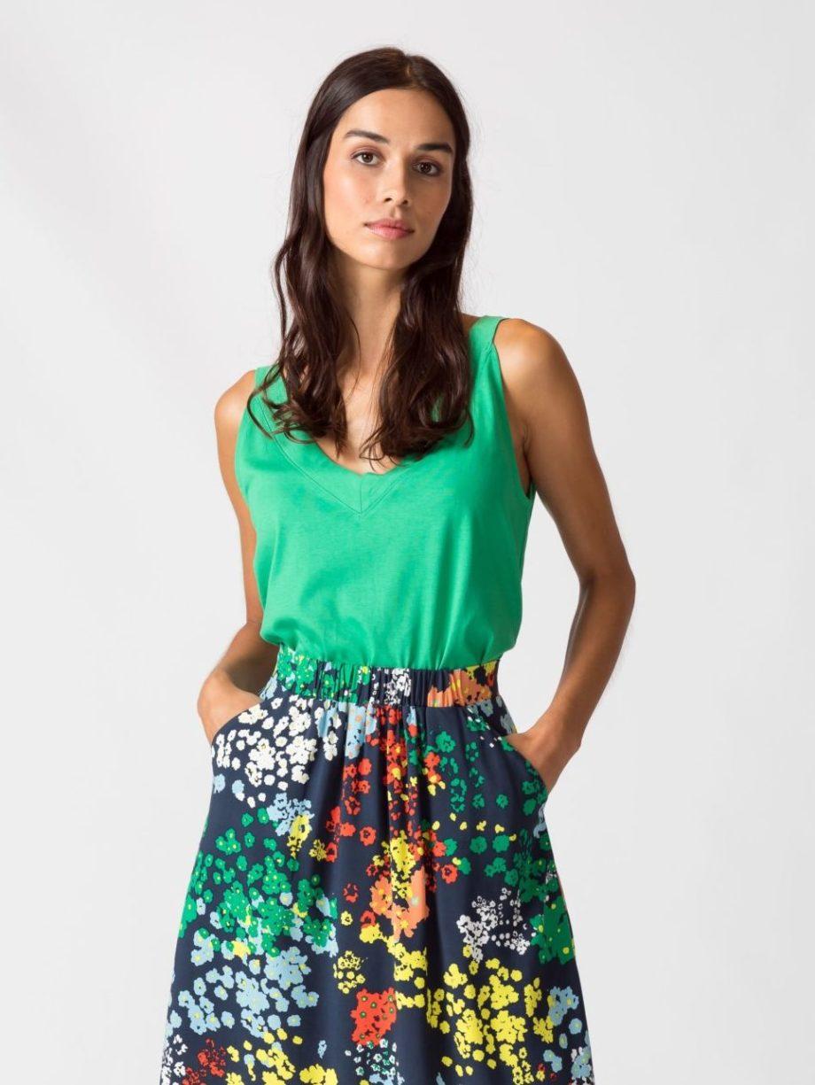 Frau trägt ärmelloses Top von SKFK (HOGEITAHAMAR) aus Biobaumwolle mit schmalen Trägern. Basic mit V-Ausschnitt vorn und hinten. GOTS und Fairtrade zertifiziert. / Grün / Vorderansicht / pussyGALORE / Leipzig