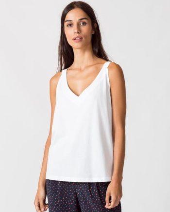 Frau trägt ärmelloses Top von SKFK (HOGEITAHAMAR) aus Biobaumwolle mit schmalen Trägern. Basic mit V-Ausschnitt vorn und hinten. GOTS und Fairtrade zertifiziert. / Weiß, Grün / pussyGALORE / Leipzig