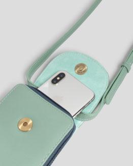 Kleine Umhängetasche von NICE THINGS (PHONE BAG) aus Polyurethan mit verstellbarem Band, magnetischer Verschlussklappe, Reißverschluss und zwei Innenfächern. / 9,5 x 18 x 2,5 cm / Light Blue / Detailansicht / pussyGALORE / Leipzig