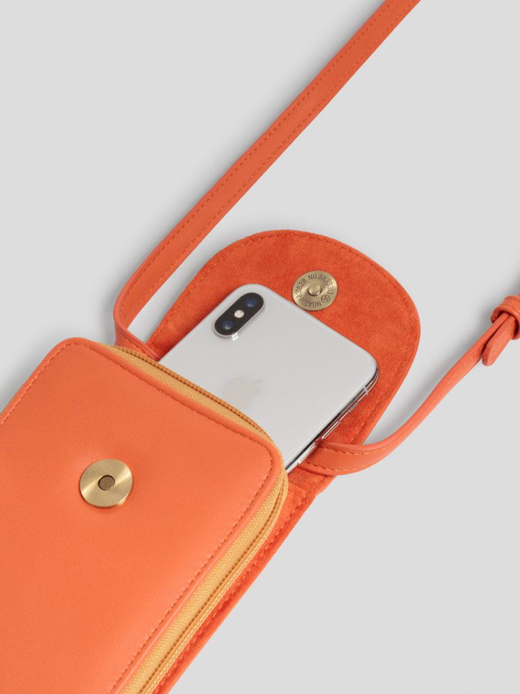 Kleine Umhängetasche von NICE THINGS (PHONE BAG) aus Polyurethan mit verstellbarem Band, magnetischer Verschlussklappe, Reißverschluss und zwei Innenfächern. / 9,5 x 18 x 2,5 cm / Light Rust / pussyGALORE / Leipzig