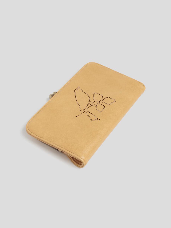 Aufklappbare Geldbörse von NICE THINGS (FRAME WALLET WITH PERFORATED BIRD) aus veganem Polyurethan in Lederoptik mit gestanztem Vogelmotiv, goldfarbenem Cliptop-Verschluss, Münzfach, Einschüben für Karten und Reißverschlussfach. / 19 x 11 cm / Dark Yellow / Detailansicht 1 / pussyGALORE / Leipzig