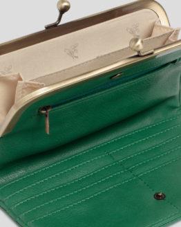 Aufklappbare Geldbörse von NICE THINGS (FRAME WALLET WITH PERFORATED BIRD) aus veganem Polyurethan in Lederoptik mit gestanztem Vogelmotiv, goldfarbenem Cliptop-Verschluss, Münzfach, Einschüben für Karten und Reißverschlussfach. / 19 x 11 cm / Willow Green / Detailansicht 1 / pussyGALORE / Leipzig