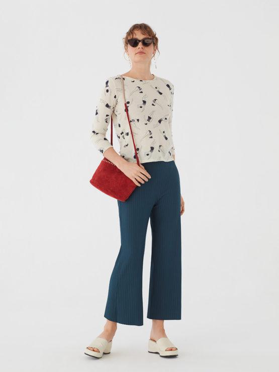 Frau trägt Shirt von NICE THINGS (FOAM PRINTED) mit Rundhals-Ausschnitt in Dreiviertel-Armlänge aus Baumwoll-Mischgewebe in Ecru mit dunkelblauem Print aus Schwimmerinnen. / Bauhaus / Vorderansicht 2 / pussyGALORE / Leipzig