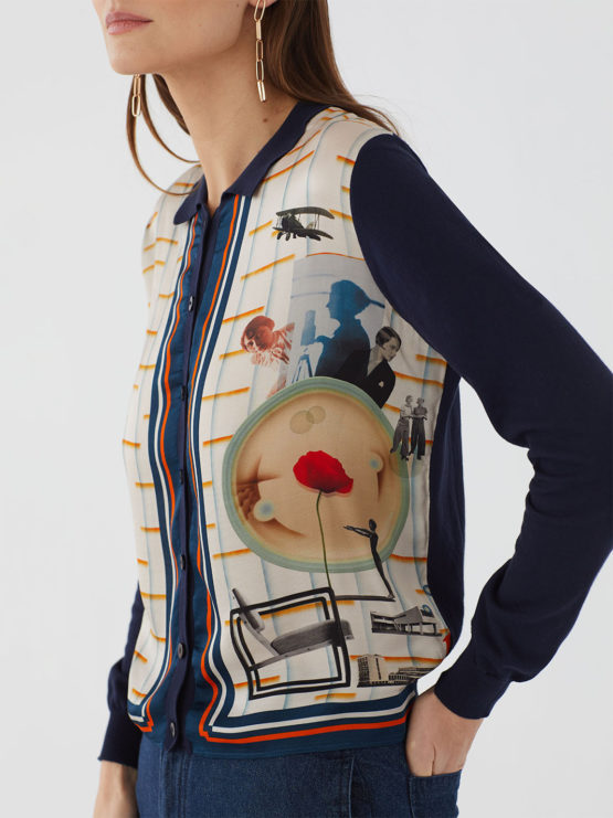 Frau trägt Blouson aus Baumwolle von NICE THINGS (POLO NECK JACKET BAUHAUS) in Dunkelblau mit Viskosefront in grafischem Collagemuster, Polokragen und Knopfleiste. / Bauhaus / Detailansicht 2 / pussyGALORE / Leipzig