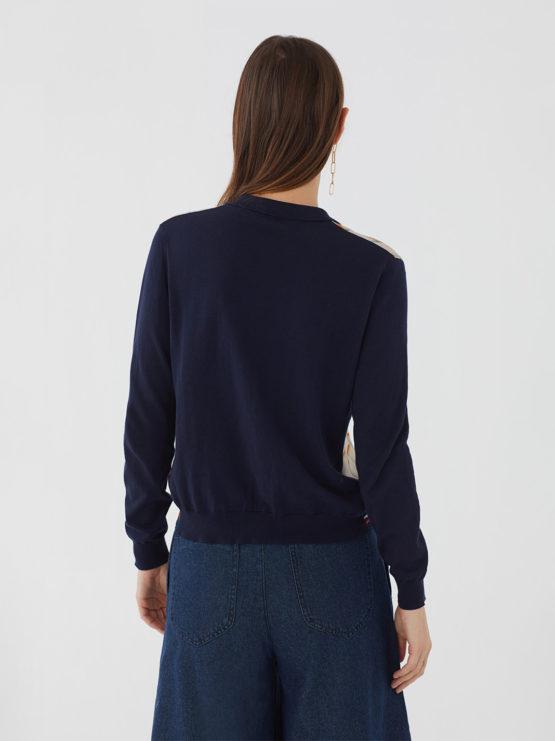 Frau trägt Blouson aus Baumwolle von NICE THINGS (POLO NECK JACKET BAUHAUS) in Dunkelblau mit Viskosefront in grafischem Collagemuster, Polokragen und Knopfleiste. / Bauhaus / Rückenansicht / pussyGALORE / Leipzig