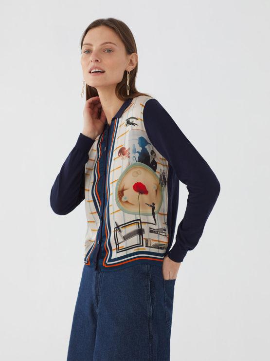 Frau trägt Blouson aus Baumwolle von NICE THINGS (POLO NECK JACKET BAUHAUS) in Dunkelblau mit Viskosefront in grafischem Collagemuster, Polokragen und Knopfleiste. / Bauhaus / Seitenansicht / pussyGALORE / Leipzig