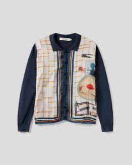 Frau trägt Blouson aus Baumwolle von NICE THINGS (POLO NECK JACKET BAUHAUS) in Dunkelblau mit Viskosefront in grafischem Collagemuster, Polokragen und Knopfleiste. / Bauhaus / pussyGALORE / Leipzig