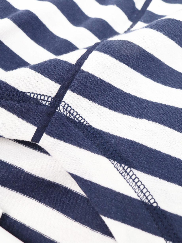 Frau trägt blau-weiß gestreiftes Top von THOUGHT (KAYLEE STRIPE) mit V-Ausschnitt, Dreiviertelärmeln, breiten Ärmelbündchen und Kontrastnähten. Atmungsaktiv durch Hanf und Biobaumwolle nach Oeko-Tex Standard 100. / Detailansicht / pussyGALORE / Leipzig