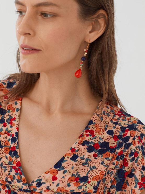 Frau trägt Bluse aus Viskose mit floralem Muster von NICE THINGS (MILLEFIORI PRINT) mit doppeltem Reverskragen, Knopfleiste und kurzen Ärmeln. / Bauhaus / Detailansicht / pussyGALORE / Leipzig
