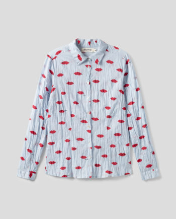 Langärmlige taillierte Bluse aus nachhaltiger gecrinkelter Baumwolle von NICE THINGS (LIPS PRINT) in Hellblau mit Muster aus roten Lippen, Hemdkragen und passendem Stoffbeutel. / Adieu Tristesse / pussyGALORE / Leipzig