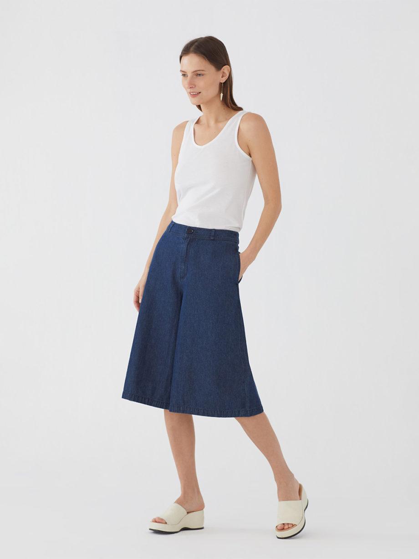 Frau trägt weite Culotte aus Denim von NICE THINGS (DENIM CULOTTE) mit Reißverschluss, seitlichen Eingriffstaschen, aufgesetzten Taschen hinten und Gürtelschlaufen. / Peaceful Mood / Vorderansicht 2 / pussyGALORE / Leipzig