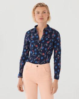 Frau trägt langärmlige taillierte Bluse aus nachhaltiger gecrinkelter Baumwolle von NICE THINGS (SWIMMERS PRINT) in Navy mit grafischem Schwimmerinnen Print, Hemdkragen und passendem Stoffbeutel / Bauhaus / pussyGALORE / Leipzig