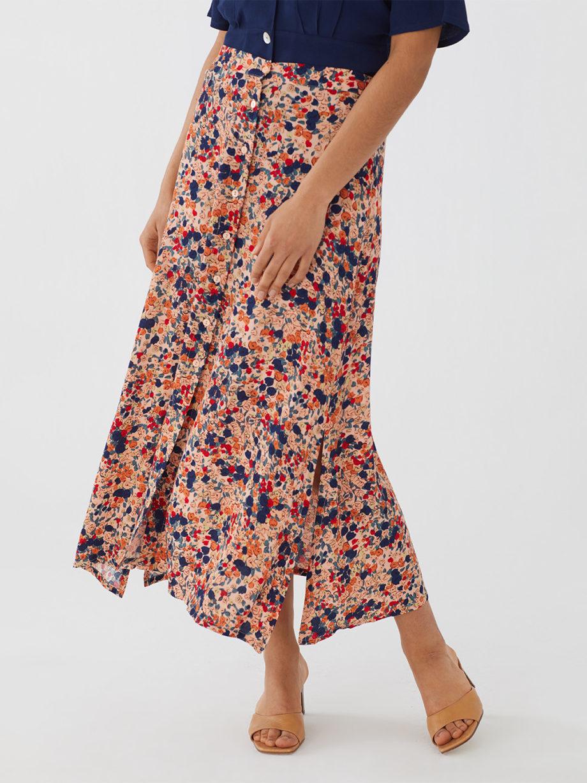 Frau trägt Maxirock aus Viskose mit floralem Muster von NICE THINGS (MILLEFIORI PRINT) aus Viskose mit Knopfleiste, Gummizug und seitlichen Schlitzen. / Bauhaus/ Detailansicht 1 / pussyGALORE / Leipzig