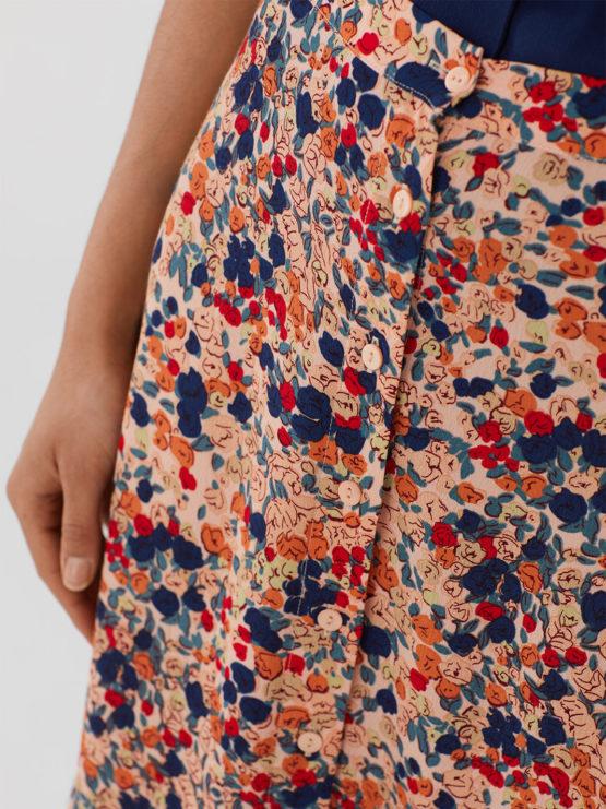 Frau trägt Maxirock aus Viskose mit floralem Muster von NICE THINGS (MILLEFIORI PRINT) aus Viskose mit Knopfleiste, Gummizug und seitlichen Schlitzen. / Bauhaus/ Detailansicht 2 / pussyGALORE / Leipzig