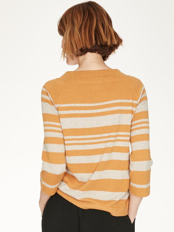 Frau trägt gestreiften Strickpullover von THOUGHT (SAIL LA VIE) aus Biobaumwolle und Wolle mit U-Boot-Ausschnitt und dreiviertellangen Raglanärmeln. / Amber / Rückenansicht / pussyGALORE / Leipzig