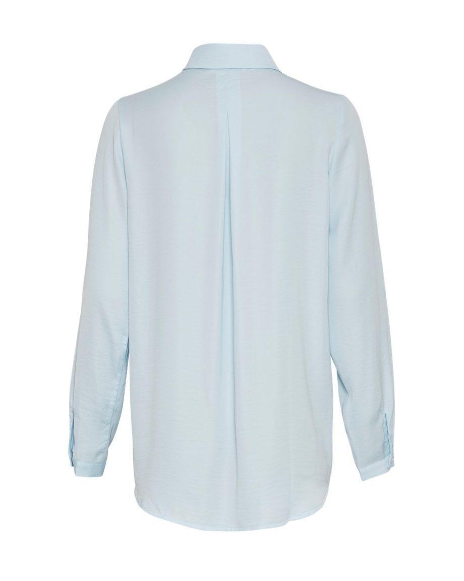 Hellblaue Hemdbluse von MSCH (BLAIR SEASONAL POLYSILK SHIRT) mit Kentkragen, verdeckter Knopfleiste, abgerundetem Saum und Kellerfalte im Rücken./ Rückenansicht / pussyGALORE / Leipzig