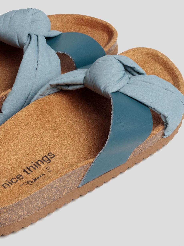 Bio-Sandalen von NICE THINGS (BIO PANTOLETTEN) mit flacher Korksohle und gekreuzten Riemen aus Leder und Stoff. / Light Blue / Detailansicht 2 / pussyGALORE / Leipzig